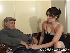 порно на ТВ жени Младите слаби бринета мастурбира