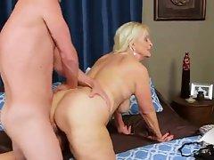 порно со стариот сосед Орално и вагинално со обоена убавина