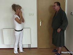 порно со докторите и медицинските сестри Искинале на подот и на стомакот