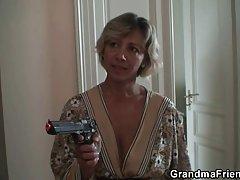 порно филм онлајн малата сирена Русокоса овни на зачинети вагината со вибратор